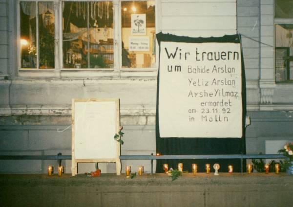 Banner am Haus der Demokratie zu den Morden in Mölln 1992