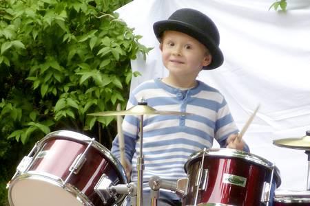 Junge mit Melone am Schlagzeug